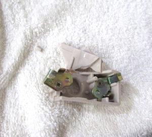 破損した角型引掛シーリングキャップ